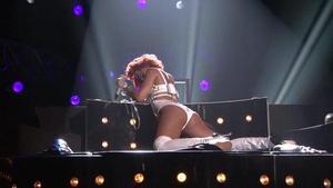 http://img31.imagevenue.com/loc246/th_345778738_RihannaBritneySpears_SMBillboardMusicAwards201104293_123_246lo.jpg