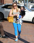 http://img31.imagevenue.com/loc476/th_290523622_Hilary_Duff_takes_son_to_a_doctors_office5_122_476lo.jpg