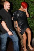th_16776_RihannaleavingAGOrestaurantinLA19.7.2010_36_122_477lo.jpg