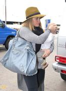 http://img31.imagevenue.com/loc493/th_176982286_Hilary_Duff_arriving_at_LAX2_122_493lo.jpg