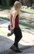 http://img31.imagevenue.com/loc539/th_597308836_Hilary_Duff_arrives_visit_her_sister4_122_539lo.JPG
