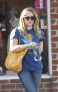 http://img31.imagevenue.com/loc541/th_740632866_Hilary_Duff_nail_salon8_122_541lo.jpg