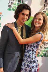 http://img31.imagevenue.com/loc596/th_358276153_CFF_Zoey_Deutch_Nickelodeons_25th_Annual_Kids_Choice_Awards_In_LA_March_31_2012_013_122_596lo.jpg
