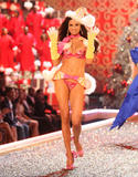th_06898_fashiongallery_VSShow08_Show-089_122_935lo.jpg